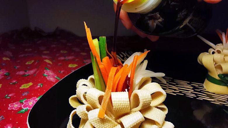 素卷三丝,一朵盛开的花朵,开吃前淋上少许昆布酱油