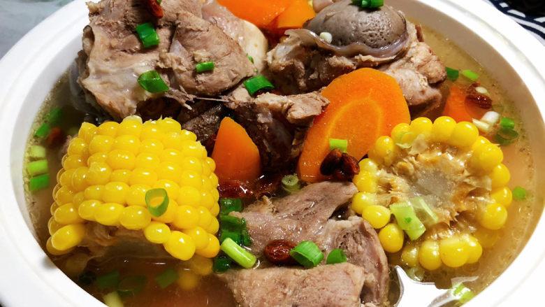 胡萝卜筒骨汤,装盘,撒少许葱末即可,这道汤做法简单,汤汁鲜美,营养丰富,喜欢的小伙伴赶紧来试试吧😄