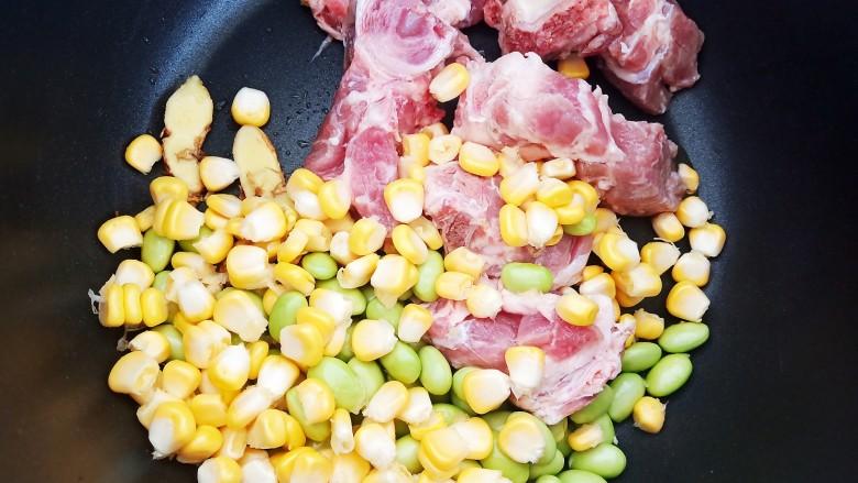 胡萝卜筒骨汤,加入毛豆和玉米粒。