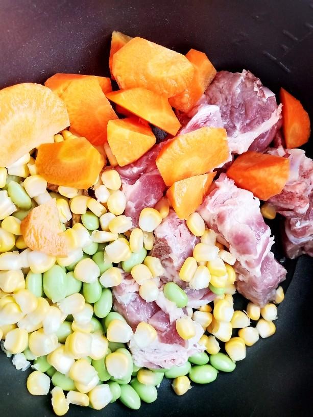 胡萝卜筒骨汤,加入胡萝卜块。