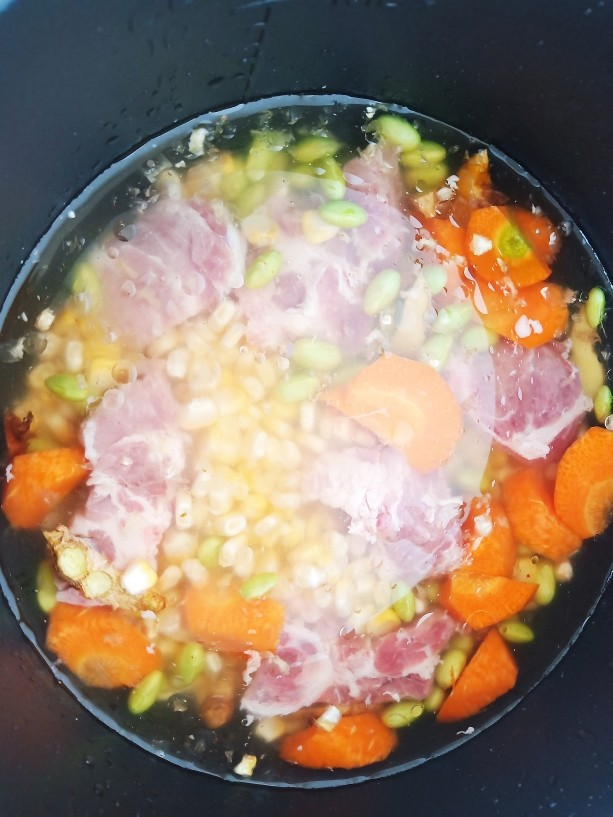 胡萝卜筒骨汤,加入一小勺食盐,适量<a style='color:red;display:inline-block;' href='/shicai/ 851'>橄榄油</a>,适量清水。