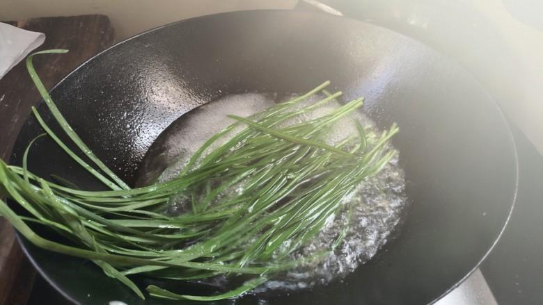 素卷三丝,放入韭菜烧开