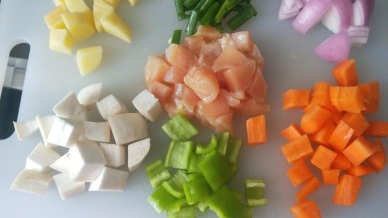 杏鲍菇炒鸡丁,将所有食材切丁