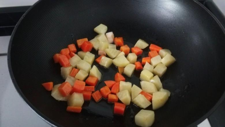 杏鲍菇炒鸡丁,进行煸炒捞出