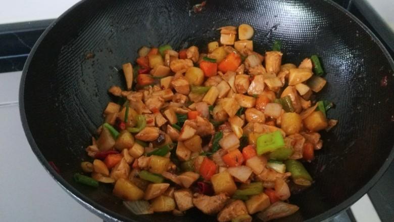 杏鲍菇炒鸡丁,出锅前撒点葱花