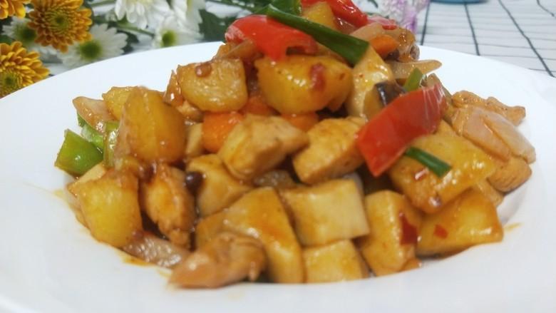 杏鲍菇炒鸡丁,盛盘即可享用