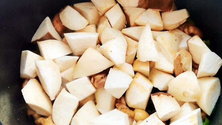 杏鲍菇炒鸡丁,加入切好的杏鲍菇一起翻炒。