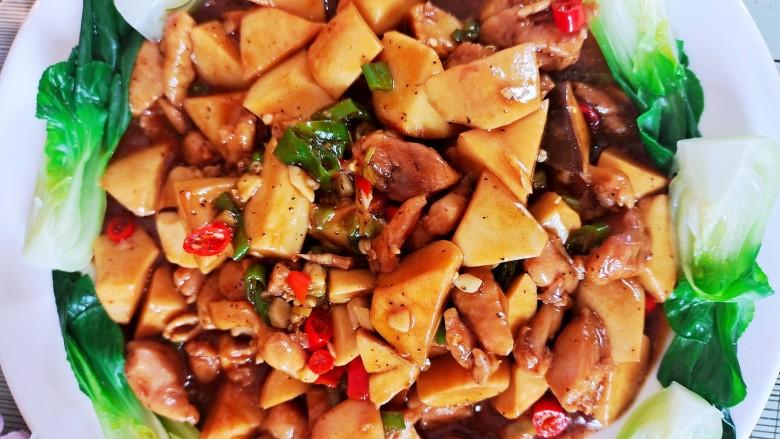 杏鲍菇炒鸡丁,炖煮两分钟左右即可。