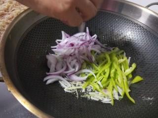 山西小吃炒不烂子,倒入洋葱尖椒。