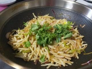 山西小吃炒不烂子,出锅后加入香菜。