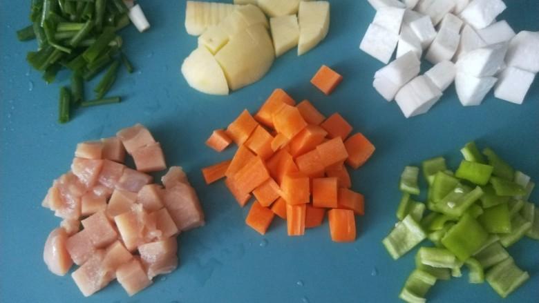 杏鲍菇炒鸡丁,,全部食材切成小丁。