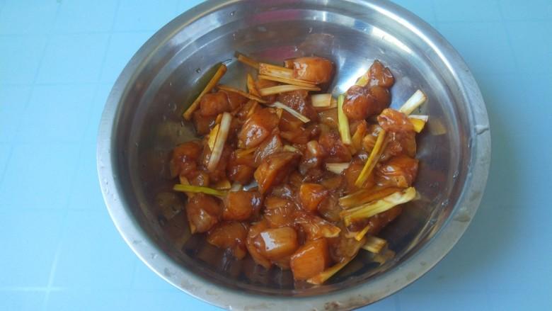 杏鲍菇炒鸡丁,,腌制好的鸡肉捡去葱姜,加入淀粉,蛋青抓均匀。