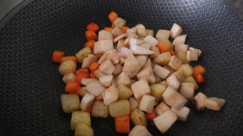 杏鲍菇炒鸡丁,,倒入杏鲍菇丁一起翻炒半熟在倒入盆中。
