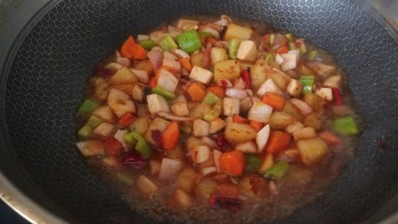 杏鲍菇炒鸡丁,,加入少许开水。
