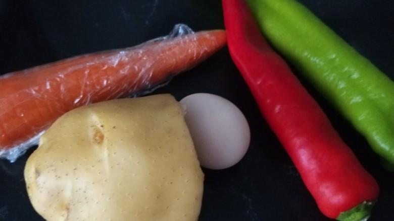 素卷三丝,主要食材土豆,胡萝卜,鸡蛋,青红椒,荞麦皮。