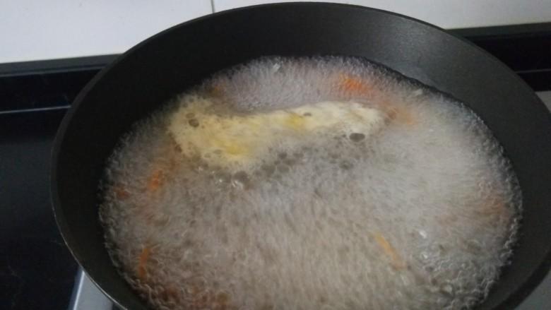 素卷三丝,开锅捞出来过凉。
