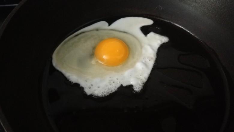 素卷三丝,锅中倒入适量油烧热,打入一个鸡蛋。