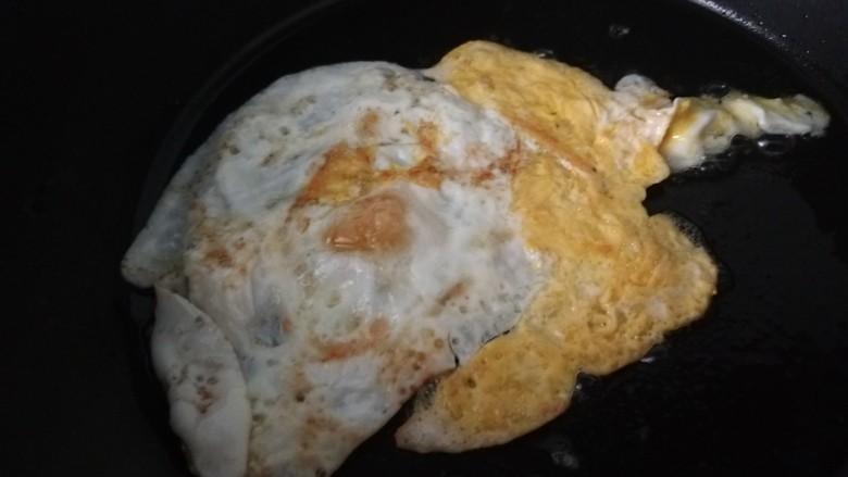 素卷三丝,煎制一个荷包蛋。