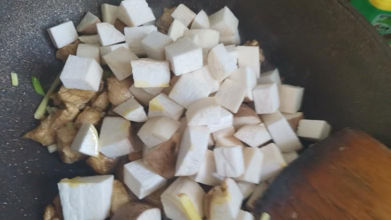 杏鲍菇炒鸡丁,加入杏鲍菇丁,翻炒均匀