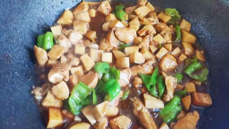 杏鲍菇炒鸡丁,当时收的差不多的时候,加入青椒翻炒至断生即可出锅
