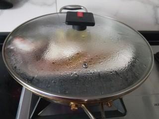 酱焖鲤鱼,鱼盘放入锅中隔水蒸八分钟,关火焖两分钟。