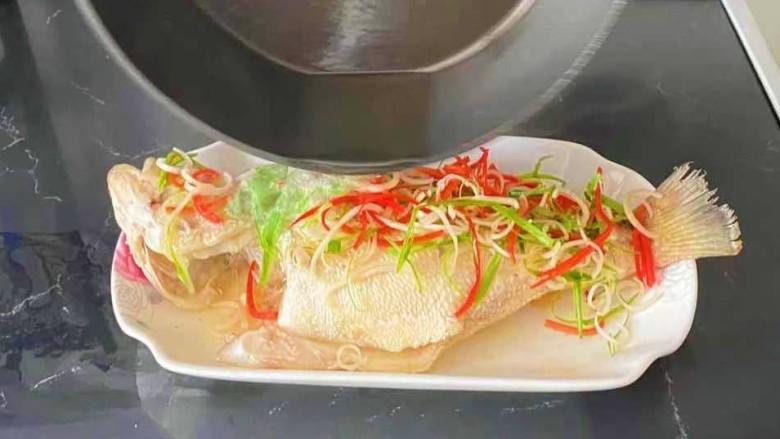 酱焖鲤鱼,热油在浇在鱼身上。