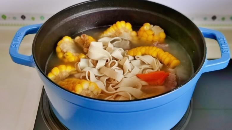胡萝卜筒骨汤,加入胡萝卜,百叶。