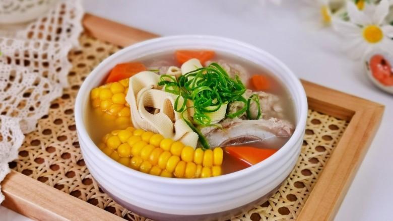 胡萝卜筒骨汤,盛出装入汤碗中,点缀上葱丝即可食用。