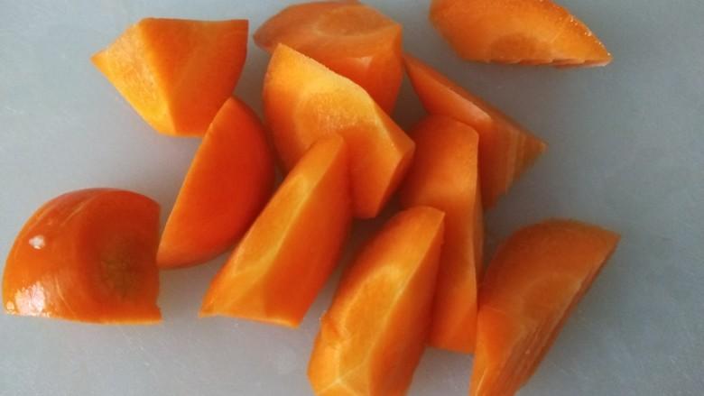 胡萝卜筒骨汤,胡萝卜洗干净切滚刀。