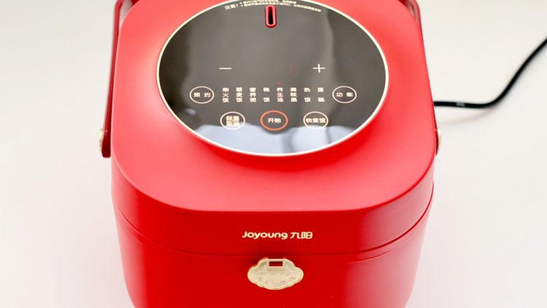 胡萝卜筒骨汤,启动电饭煲的养生汤键开始煲汤。
