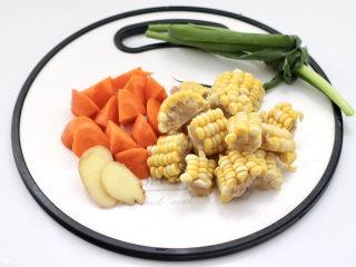 胡萝卜筒骨汤,玉米和胡萝卜切块,姜切片。