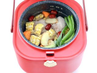胡萝卜筒骨汤,倒入不超过水位线的清水和洗净的红枣。