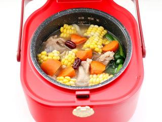 胡萝卜筒骨汤,时间到,出锅放入少许盐调味即可。
