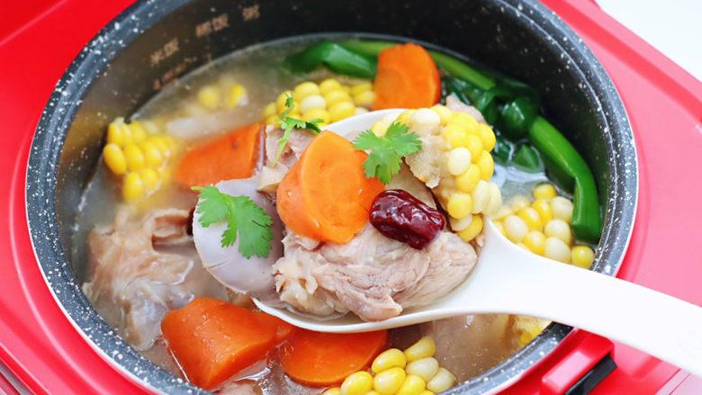 胡萝卜筒骨汤,清淡不油腻,营养丰富又养生补钙。