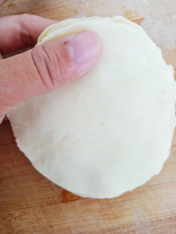 素卷三丝,用手将饺子皮的边缘按压一下,这样做出来的面皮,大小更均匀一些。