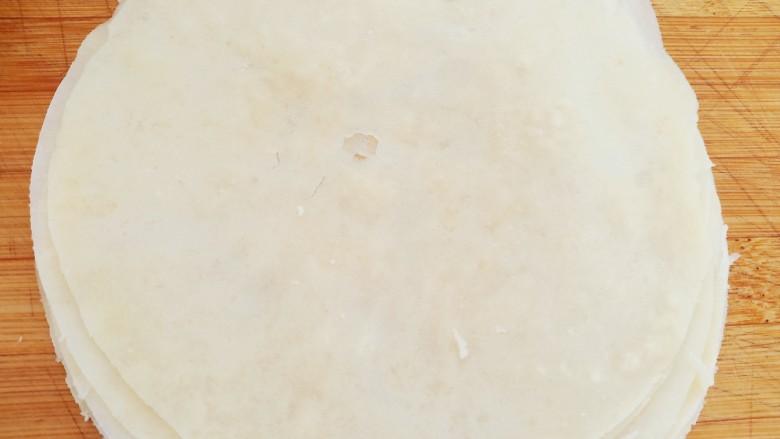 素卷三丝,然后趁热撕开,分成一张一张的薄饼。