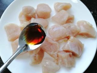 杏鲍菇炒鸡丁,加入一勺生抽将鸡胸肉腌制十五分钟