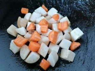 杏鲍菇炒鸡丁,翻炒片刻放入胡萝卜一同翻炒