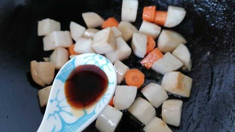 杏鲍菇炒鸡丁,加入一勺生抽提鲜