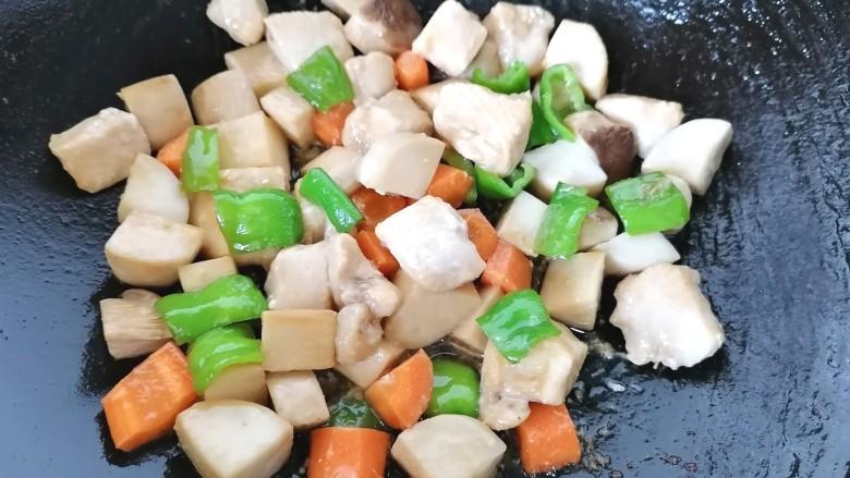 杏鲍菇炒鸡丁,最后放入鸡胸肉翻炒均匀即可出锅