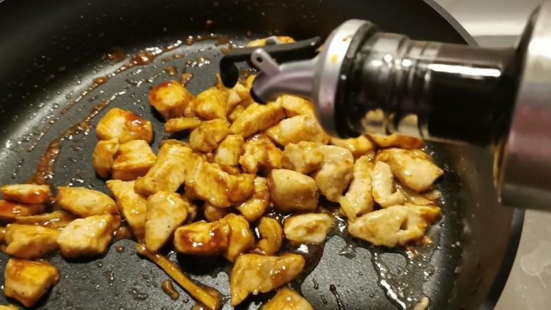 杏鲍菇炒鸡丁,放入生抽调味。