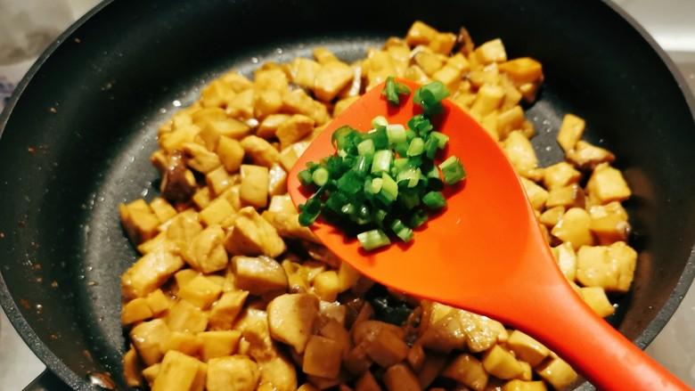 杏鲍菇炒鸡丁,翻炒入味后收汁,放入香葱碎,关火出锅。
