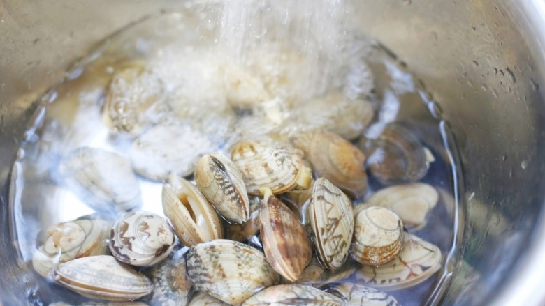 花蛤丝瓜汤,花甲焯水一分钟捞出,冲洗干净。