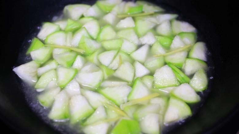 花蛤丝瓜汤,加一碗水煮开。