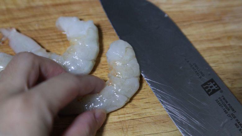 蔬菜肉饼,虾剥去外壳,挑出虾线