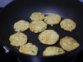 蔬菜肉饼,煎至一面金黄翻转煎另外一面