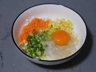 蔬菜肉饼,打入一个鸡蛋