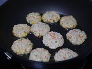 蔬菜肉饼,然后分成均匀的分量压扁后放入煎锅中煎制