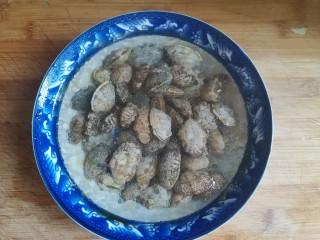 花蛤丝瓜汤,花蛤中加入适量盐和香油,再加入没过花蛤的水,浸泡1小时