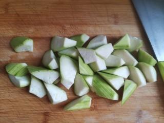 花蛤丝瓜汤,洗干净切滚刀块